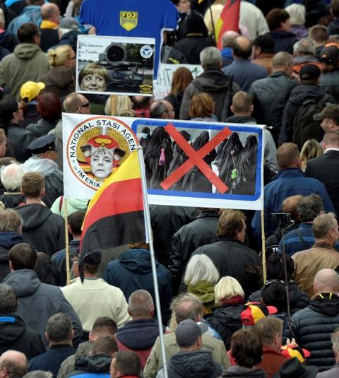 Ústredné oslavy Dňa nemeckej jednoty v pondelok 3.10. v Drážďanoch boli sprevádzané búrlivými protestmi