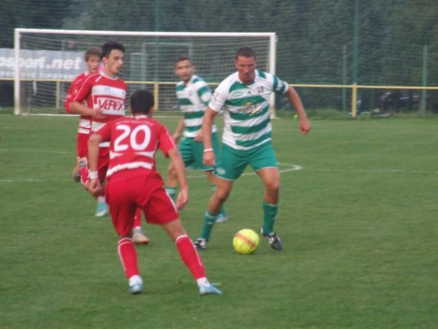 Hoci futbalisti MFK Tatran Liptovský Mikuláš (v červených dresoch) nemuseli o postup do osemfinále Slovnaft cupu so svojim súperom tuho bojovať, pretože už do prestávky viedli Liptáci vo Višňovom 4:0 po dvoch lacných góloch domáceho brankára a druhý polčas už hrali iba na údržbu výsledku