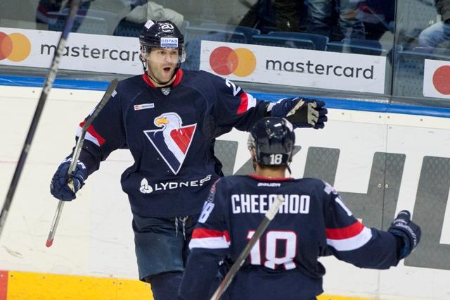 Na snímke vľavo radosť strelca druhého gólu Slovana Jeffa Taffeho v zápase hokejovej KHL medzi HC Slovan Bratislava - Severstaľ Čerepovec