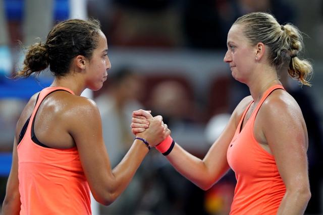 Na snímke vľavo americká tenistka Madison Keysová postúpila do štvrťfinále tenisového turnaja WTA v čínskom pekingu po víťazstve v osemfinále nad Češkou Petrou Kvitovou (vpravo) 6:3, 6:7 (2), 7:6 (5)
