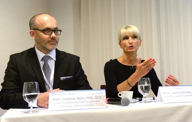 Na snímke zľava primár transplantačného oddelenia UNLP Košice Ľuboslav Beňa a prezidentka Slovenskej transplantologickej spoločnosti Zuzana Žilinská