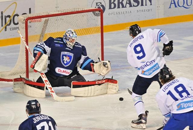 Na snímke vpravo Marek Zagrapan z Popradu  a vľavo brankár Martina Mathieu Corbeil v 11. kole hokejovej Tipsport Ligy HK Poprad - MHC Martin