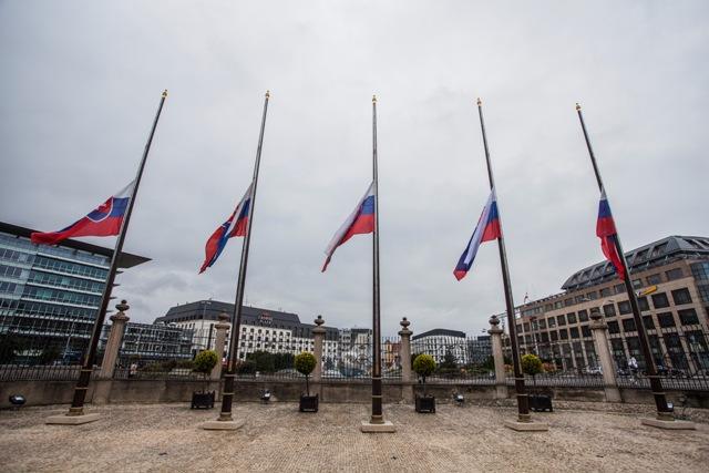 Na snímke vlajky stiahnuté na pol žrde pred Prezidentským palácom pri príležitosti úmrtia exprezidenta Michala Kováča v Bratislave 6. októbra 2016