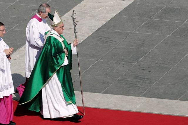 Medzi novými kardinálmi, ktorých počas nedeľnej modlitby Anjel Pána ohlásil pápež František (na snímke), je tiež otec Ernest Simoni