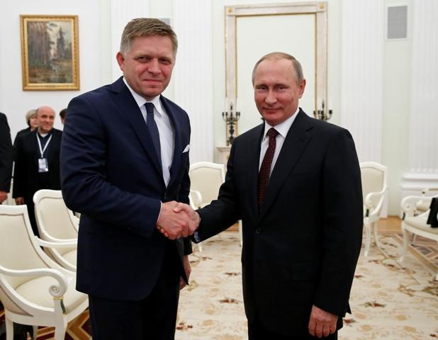 Na snímke vľavo slovenský premiér Robert Fico a ruský prezident Vladimir Putin