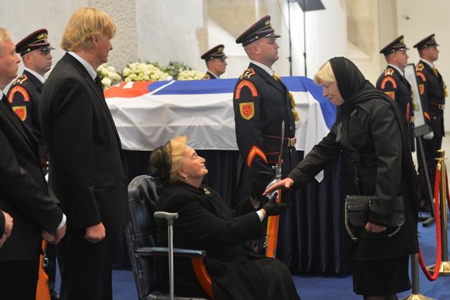 Na snímke Emília Kováčová - manželka zosnulého prezidenta - prijíma kondolencie od bývalej premiérky SR - Ivety Radičovej. Zľava stoja synovia Michal Kováč ml. a Juraj Kováč