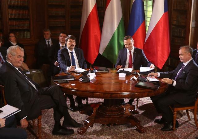Prezidenti krajín V4 - zľava - Miloš Zeman (Česká republika), János Áder (Maďarsko), Andrzej Duda (Poľsko) a Andrej Kiska (Slovensko) - počas stretnutia na poľskom zámku Laňcut