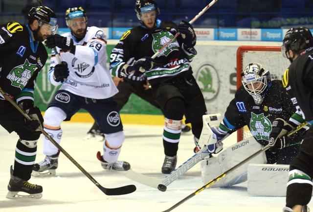 Na snímke vľavo hráč Košíc Ivan Jankovič pred brankárom Nových Zámkov Joakimom Lundströmom v zápase 13. kola hokejovej Tipsport Ligy HC Košice - HC Nové Zámky