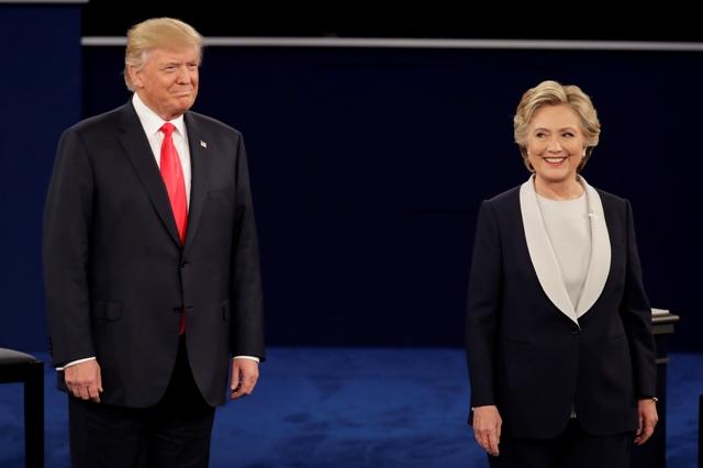Republikánsky prezidentský kandidát Donald Trump a jeho demokratická rivalka Hillary Clintonová stoja vedľa seba počas druhého televízneho duelu na pôde Washingtonovej univerzity v St. Louis v štáte Missouri