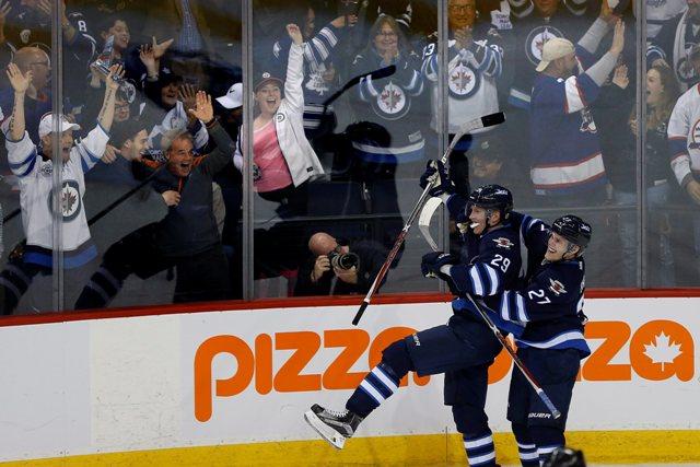 Patrik Laine (29) z Winnipegu Jets sa raduje z gólu so spoluhráčom Nikolajom Ehlersom počas zápasu zámorskej NHL proti Torontu Maple Leafs