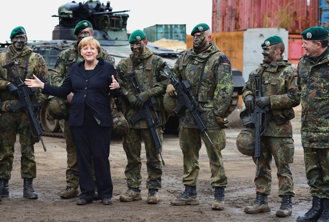 Ilustračné foto:Nemecká kancelárka Angela Merkelová pózuje s vojakmi