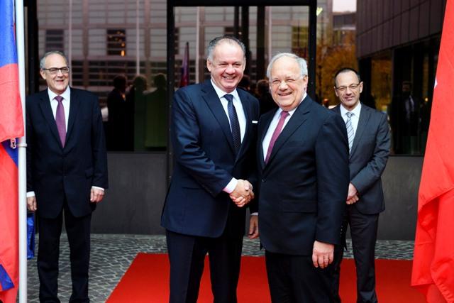 Slovenský prezident Andrej Kiska (vpredu vľavo) a prezident Švajčiarskej konfederácie Johann Schneider-Ammann si podávajú ruky počas stretnutia 21. októbra 2016 v Zürichu