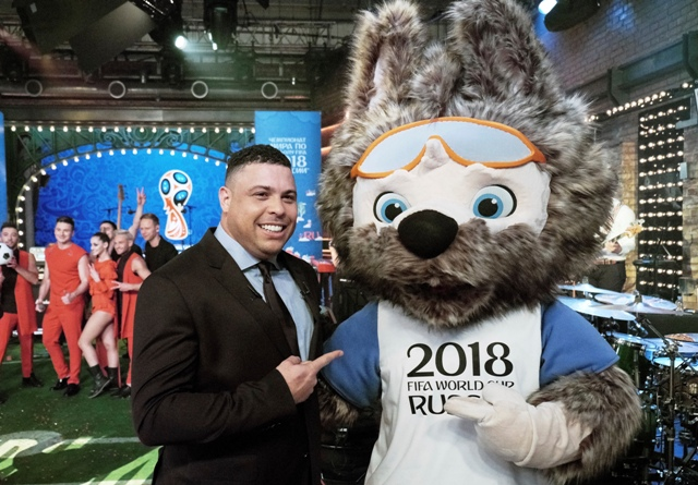Na snímke maskot futbalových MS 2018 v Rusku, ktorým bude vlk Zabivaka a bývalý brazílsky futbalista Ronaldo, pózujú počas šou v ruskej televízii Channel 1 v Moskve