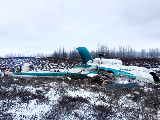 Na snímke, ktorú poskytlo ruské Ministerstvo pre mimoriadne situácie v sobotu 22. októbra 2016, je vrtuľník typu Mi-8, ktorý sa zrútil približne 80 severozápadne od obce Urengoj v Jamalsko-neneckom autonómnom okruhu na Sibíri na severe Ruska