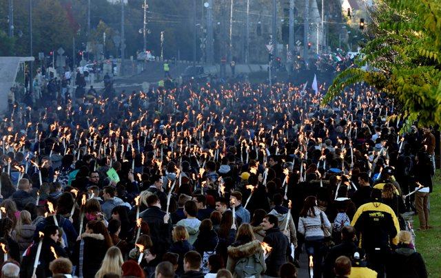 Mladí ľudia pochodujú od technickej univerity ulicami Budapešti, aby si pripomenuli protestný pochod maďarských študentov z roku 1956 pri príležitosti 60. výročia vypuknutia maďarskej revolúcie a oslobodzovacieho boja