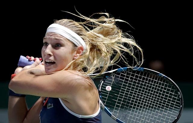 Slovenská tenistka Dominika Cibulková odvracia úder svetovej jednotky Nemky Angelique Kerberovej v zápase červenej skupiny na prestížnom Turnaji majsteriek v Singapure