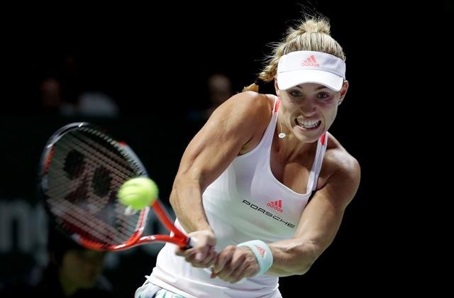 Nemecká tenistka Angelique Kerberová odvracia úder Slovenky Dominiky Cibulkovej v zápase červenej skupiny na prestížnom Turnaji majsteriek v Singapure