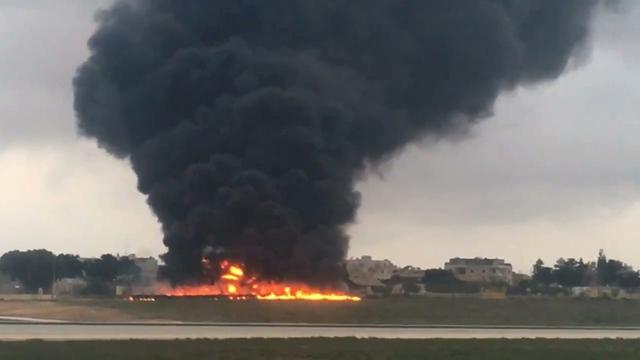 Na snímke z videa dym stúpa z miesta zrútenia ľahkého lietadla po štarte na medzinárodnom letisku vo Vallette na Malte