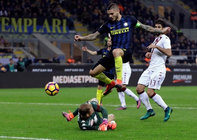 Na snímke hráč Interu Mauro Icardi strieľa gól v zápase talianskej futbalovej Serie A Inter Miláno - FC Turín