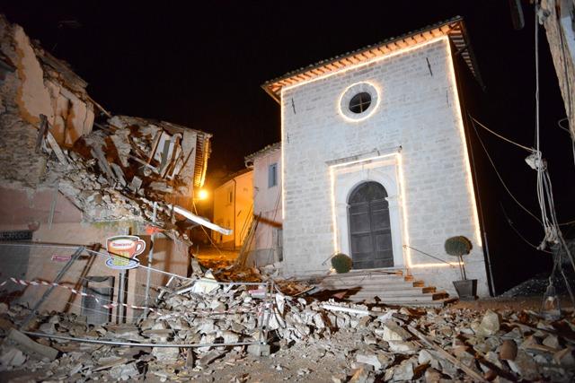 Na snímke poškodené domy a kostol po zemetrasení v Castelsantangele sul Nera v strednom Taliansku 26. októbra 2016