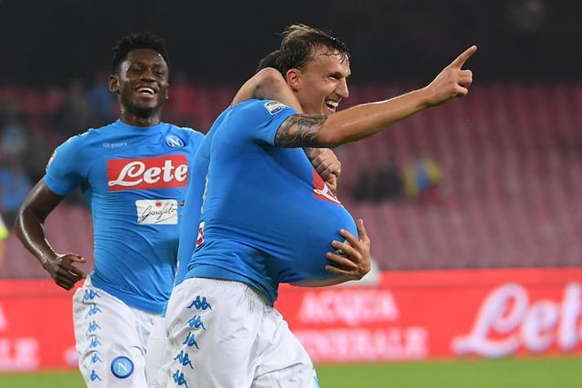 Hráč Neapola Vlad Chiriches (vpravo) sa teší z gólu so spoluhráčom v zápase 10. kola talianskej Serie A proti Empoli
