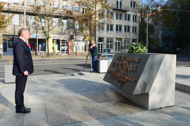 Prezident SR Andrej Kiska pri príležitosti výročia vzniku Československej republiky položil kyticu kvetov k Pamätníku československej štátnosti pred budovou SNM na Vajanského nábreží v Bratislave