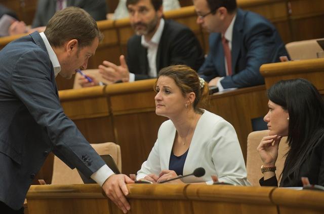 Na snímke zľava poslanci Národnej rady SR (NR SR) zľava Igor Matovič (OĽaNO), Natália Blahová a Jana Cigániková (obe SaS)