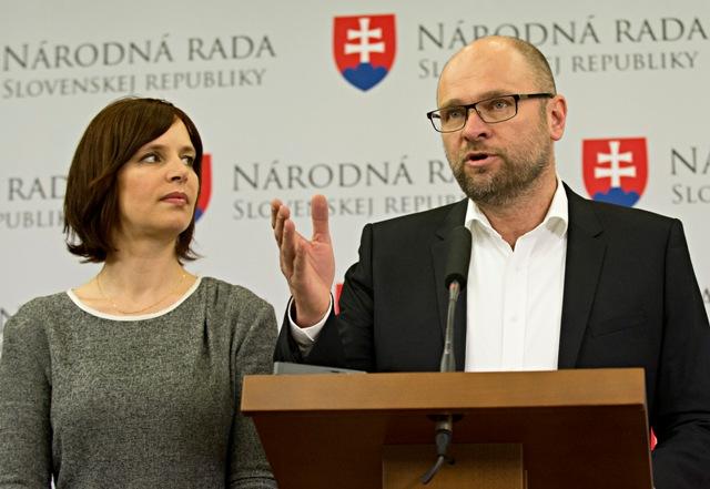 Na snímke vpravo Richard Sulík (SaS) vľavo Veronika Remišová (OĽaNO-NOVA)