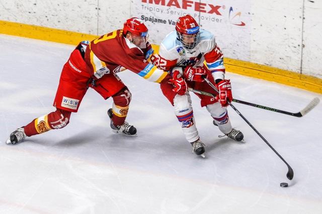 Na snímke zľava Jozef Švec (Trenčín) a Maroš Piatka (Liptovský Mikuláš) počas hokejového zápasu 17. kola Tipsport Ligy MHK 32 Liptovský Mikuláš - Dukla Trenčín