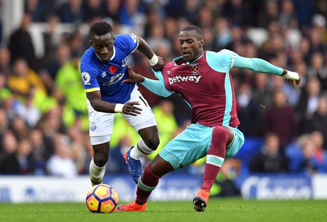 Idrissa Gueye (vľavo) z Evertonu a Pedro Obiang z West Ham United v zápase 10. kola anglickej Premier League