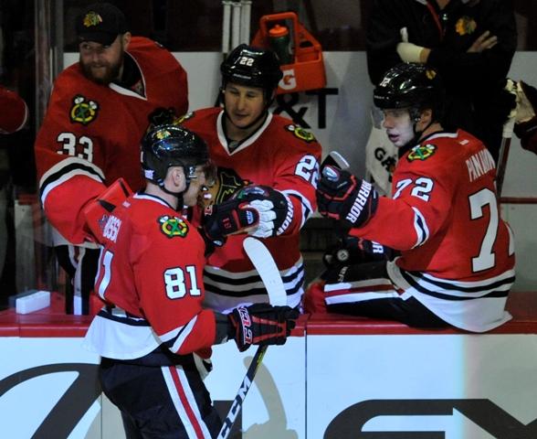 Na snímke dole slovenský útočník Chicaga Marián Hossa oslavuje gól so spoluhráčmi v zápase hokejovej NHL Chicago Blackhawks - Los Angeles Kings (3:0)