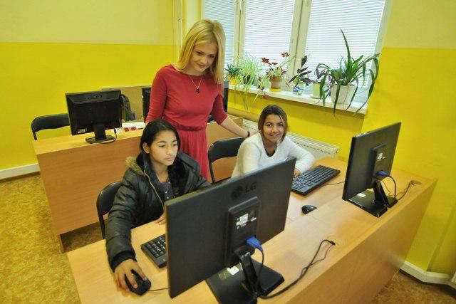 Na snímke učiteľka sleduje žiakov piateho ročníka pri práci v počítačovej učebni v Základnej škole v Bystranoch