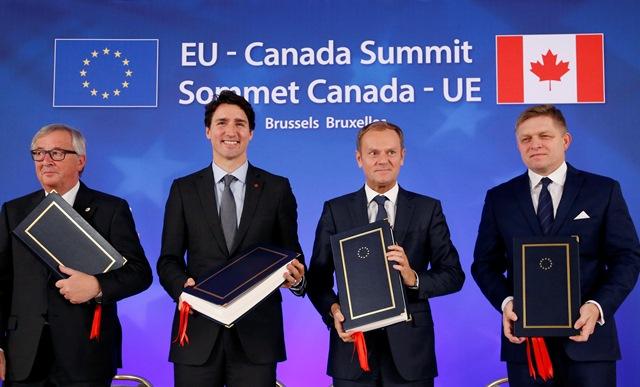 Zľava predseda Európskej komisie Jean-Claude Juncker, kanadský premiér Justin Trudeau, predseda Európskej rady Donald Tusk a slovenský premiér Robert Fico
