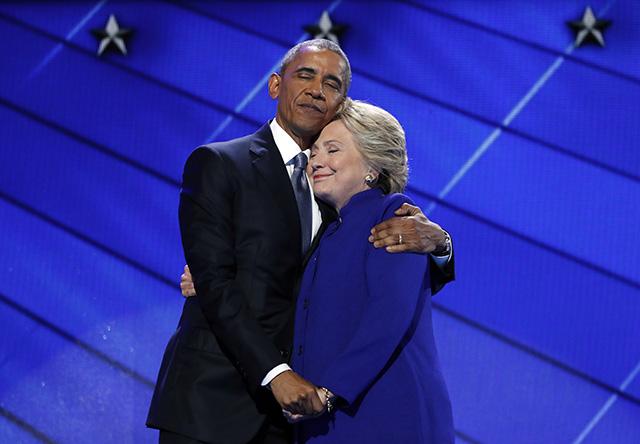 Na snímke dosluhujúci americký prezident Barack Obama v objatí s nespešnou prezidentskou kandidátkou Demokratickej strany Hillary Clintonovou