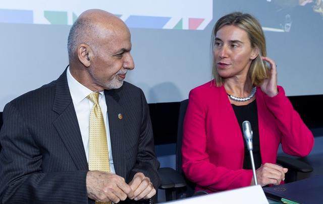 Na snímke afganský prezident Ašraf Ghaní (vľavo) a vysoká predstaviteľka EÚ pre zahraničné veci a bezpečnostnú politiku Federica Mogheriniová