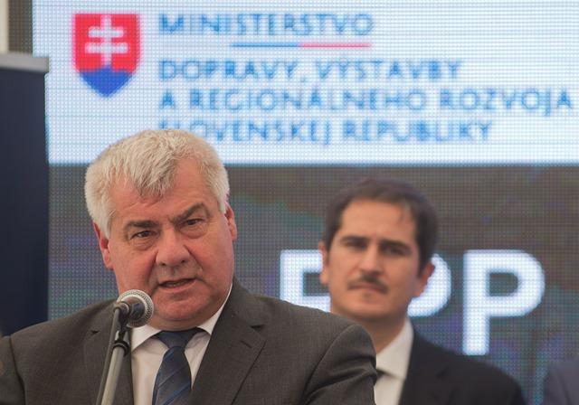 Na snímke vľavo minister dopravy, výstavby a regionálneho rozvoja SR Árpád Érsek