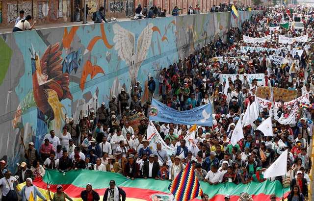 Na snímke protestujúci