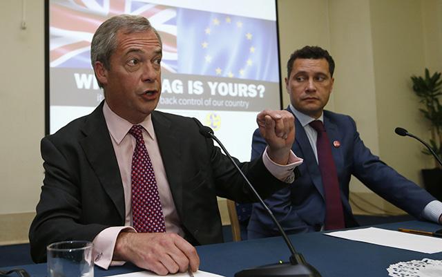Na archívnej snímke z 22. júna 2016 britský poslanec Európskeho parlamentu (EP) zo Strany nezávislosti Spojeného kráľovstva (UKIP) Steven Woolfe (vpravo) a líder UKIP Nigel Farage