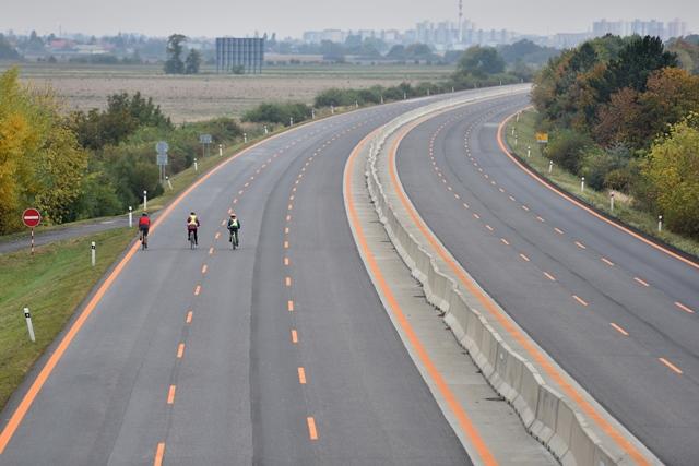 Ma snímke prázdnu diaľnicu D1