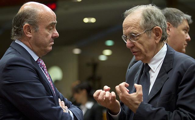 Španielsky minister financií Luis de Guindos (vľavo) sa rozpráva so svojím talianskym rezortným partnerom Pierom Carlom Padoanom počas zasadnutia ministrov