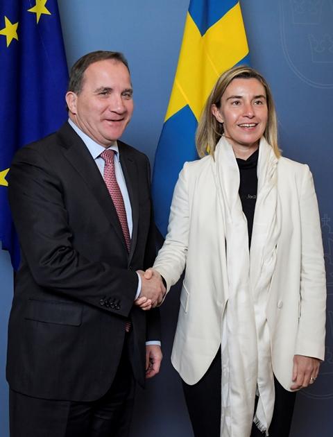 Na snímke švédsky premiér Stefan Löfven a vysoká predstaviteľka EÚ pre zahraničné veci a bezpečnostnú politiku Federica Mogheriniová