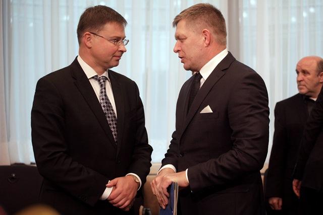Podpredseda EK pre sociálny dialóg Valdis Dombrovski (vľavo) a premiér SR Robert Fico