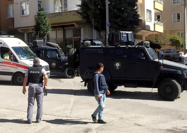 Na snímke polícia na mieste výbuchu