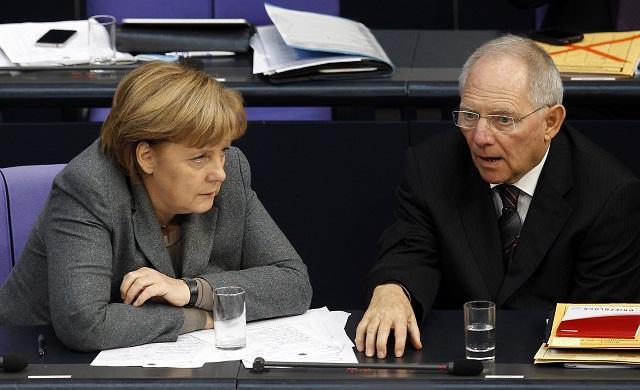 Na archívnej snímke nemecká kancelárka Angela Merkelová a minister financií Wolfgang Schäuble