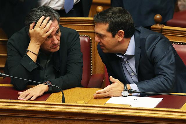 Na snímke vpravo grécky premiér Alexis Tsipras a vľavo grécky minister financií Euclid Tsakalotos