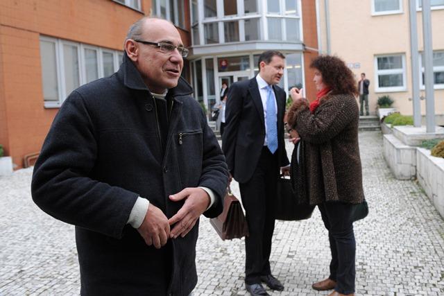 Na snímke obžalovaný Jozef A. po vynesení rozsudku, v pozadí jeho obhajca Daniel Lipšic