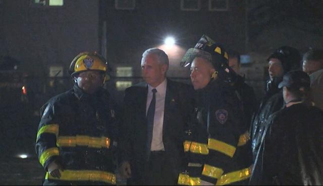 Na snímke Mike Pence spolu s hasičmi