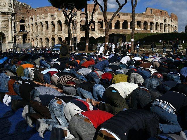 Takto to vyzeralo uplynulý piatok pri rímskom Koloseu