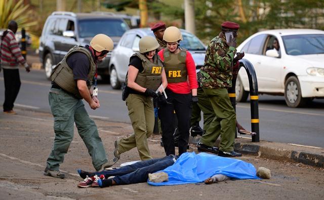 Na snímke policajti a obete útoku