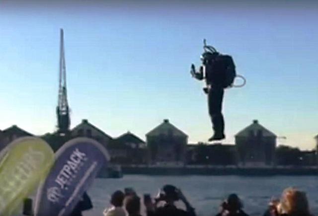 """David Mayman na svojom reaktívnom """"ruksaku"""" včera poletoval nad Royal Docks /Kráľovskými lodenicami/ nad Temžou vo východnej časti Londýnu vo výške 30 metrov"""